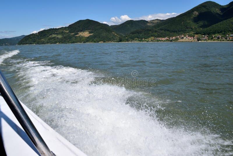 Fartygspår på floden royaltyfria bilder