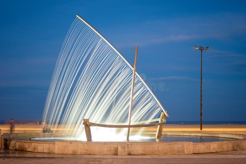Fartygspringbrunn på den Malvarrosa stranden Valencia, Spanien royaltyfri bild