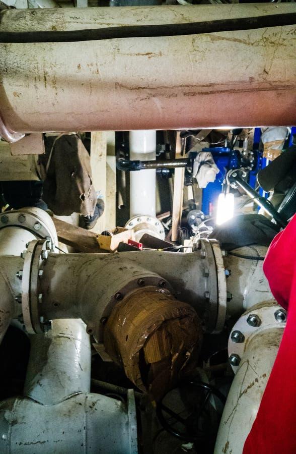 Fartygsrörsystem Ansluten rörledning arkivfoto