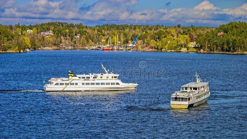Fartygtrafik i den Stockholm skärgården Vattentransport har en ov?rderlig betydelse f?r inv?narna av sk?rg?rden arkivbilder