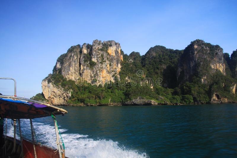 Fartygtur till öar längs branta klippor i det blåa Andaman havet nära Ao Nang, Krabi, Thailand fotografering för bildbyråer
