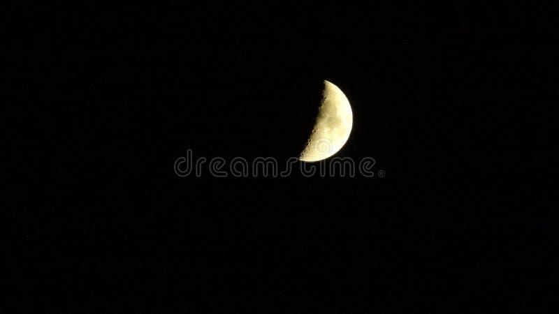 Fas av månen som isoleras på svart arkivfoton