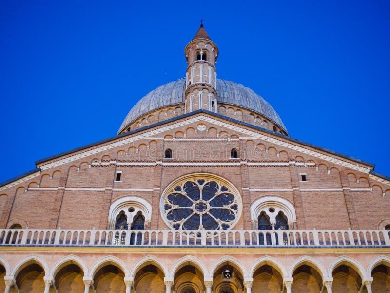 Fasad av basilikan av St Anthony i Padua på solnedgången, Ital arkivbilder