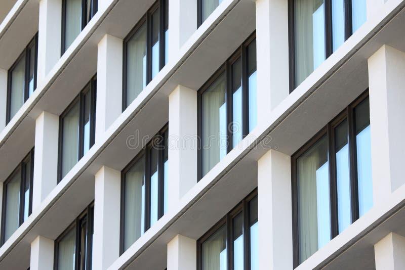 Fasad av byggnaden med fönster arkivbilder
