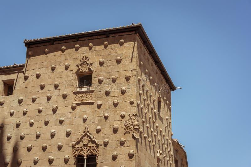 Fasad av casaen de las Conchas i Salamanca, Spanien yttre bildskott från offentligt golv royaltyfri bild