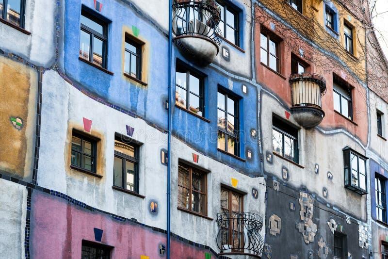 Fasad av den Hundertwasserhaus hyreshusen, Wien, Österrike royaltyfria bilder