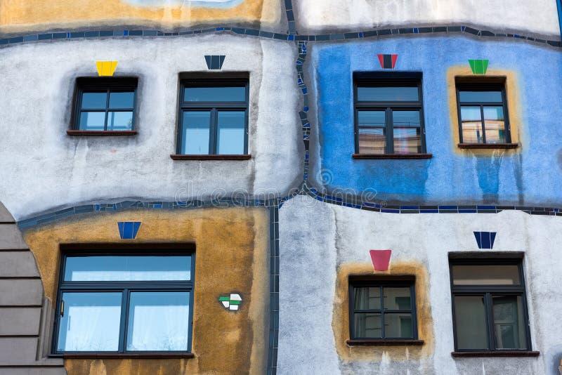 Fasad av den Hundertwasserhaus hyreshusen, Wien, Österrike royaltyfria foton
