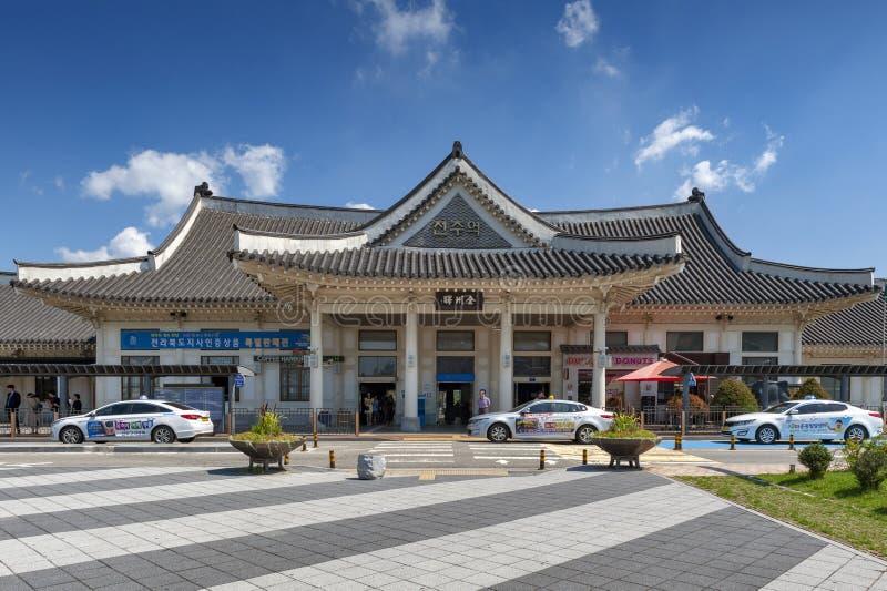 Fasad av den Jeonju järnvägsstationen som byggs i traditionell koreansk arkitektur som lokaliseras i Deokjin-gu, Jeonju, Sydkorea arkivfoton