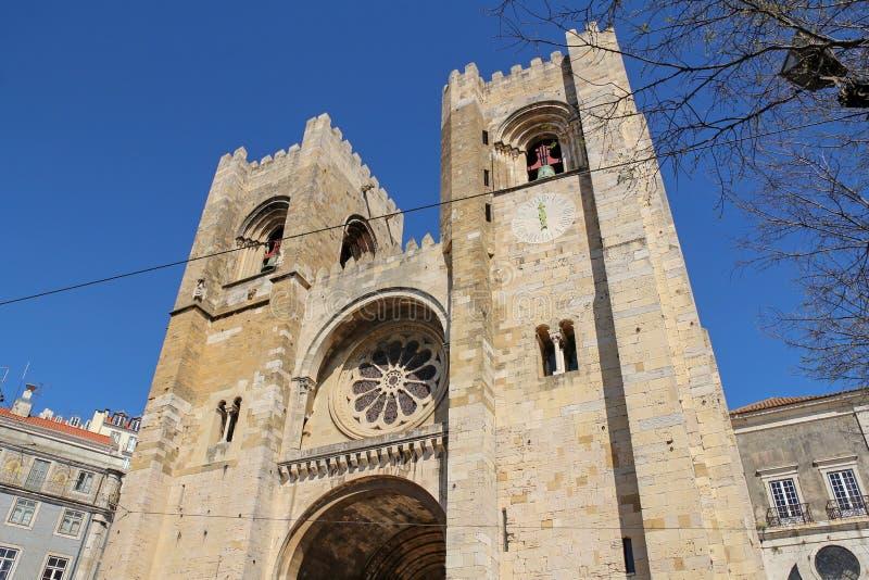 Fasad av den Lissabon domkyrkan, Portugal royaltyfri bild