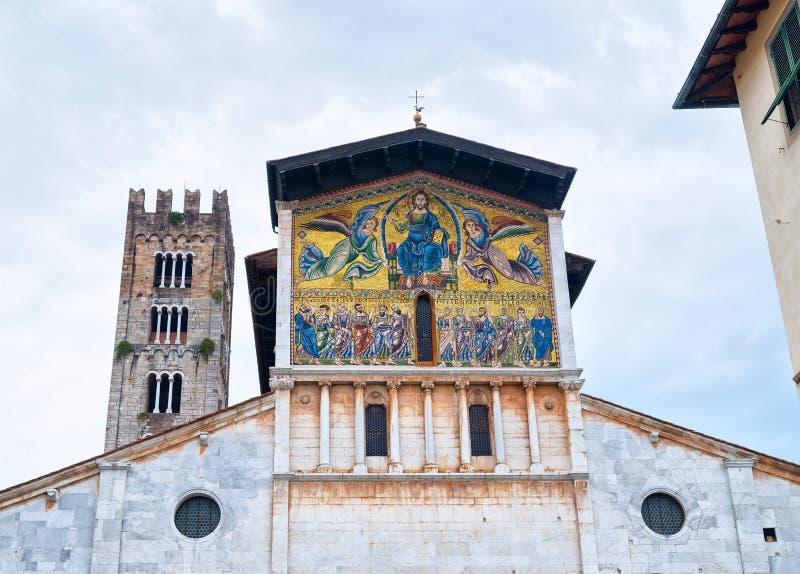 Fasad av den medeltida kyrkan av San Frediano, med mosaiken fotografering för bildbyråer