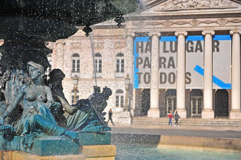 Fasad av den nationella teatern med springbrunnvattendroppar på Rossio, Lissabon arkivfoton