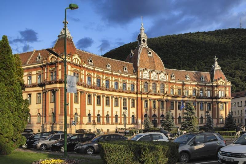 Fasad av den rättvisaPalace byggnaden som inhyser för närvarande den Brasov prefekturen, landstinget och hovrätten royaltyfri foto
