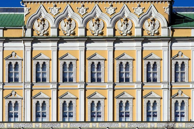Fasad av den storslagna Kremlslotten, Moskva, Ryssland royaltyfri foto