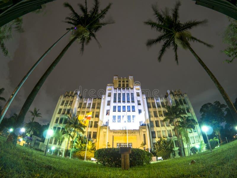 Fasad av det Biilogical institutet på natten arkivbilder