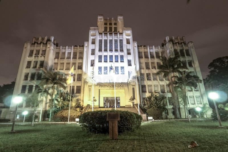 Fasad av det biologiska institutet på natten arkivfoton