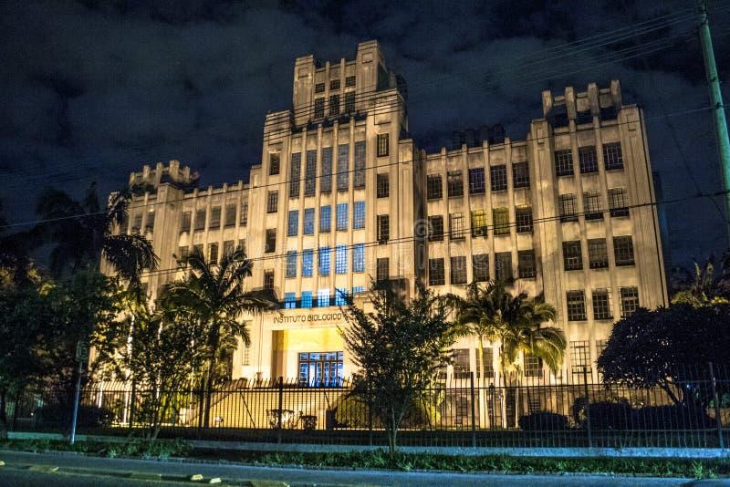 Fasad av det biologiska institutet på natten royaltyfri fotografi