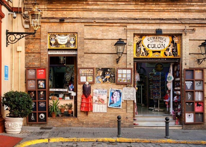 Fasad av det färgrika souvenirlagret med traditionella klänningar, affischer, magneter, symboler av Andalusia arkivbild
