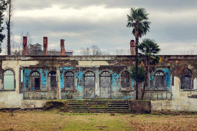 Fasad av det gamla övergav huset arkivbilder