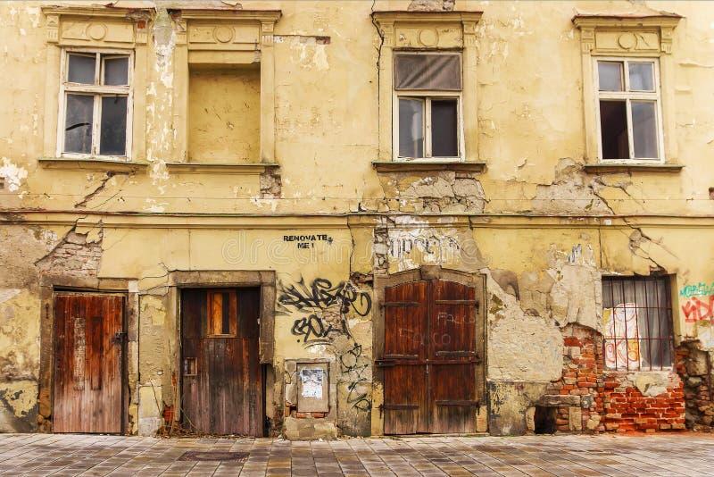 Fasad av det gamla förfallna huset arkivbilder