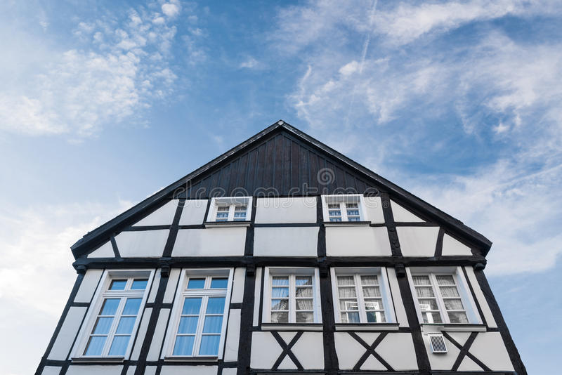 Fasad av det historiska korsvirkes- huset royaltyfri fotografi