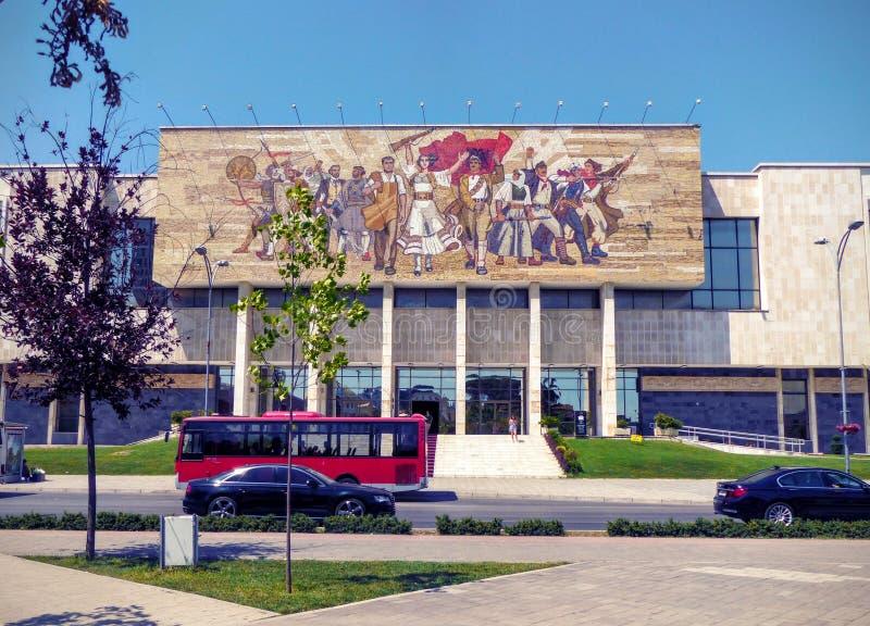 Fasad av det historiska museet av Tirana i Albanien arkivfoton