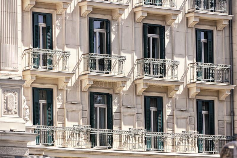 Fasad av det historiska plana huset med balkonger arkivfoto