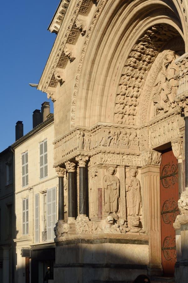 Fasad av det romanska Cathedrale helgonet-Trophime royaltyfria bilder