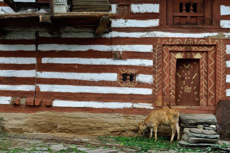 Fasad av det traditionella huset i gamla Manali i Indien royaltyfri fotografi