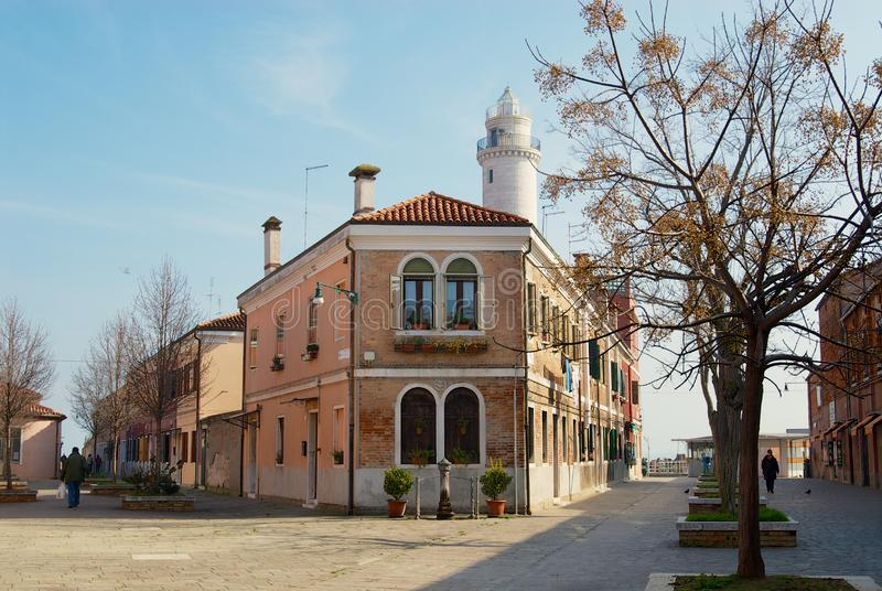 Fasad av en bostads- byggnad för historisk tegelsten i Murano, Italien royaltyfri bild