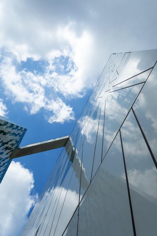 Fasad av en exponeringsglasbyggnad Nedersta sikt för molnig himmel N?rbild arkitektur royaltyfri bild