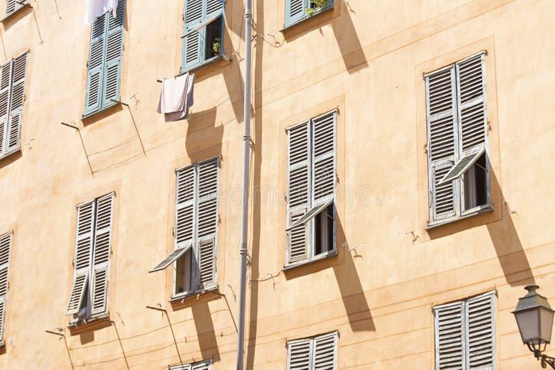 Fasad av en gammal byggnad i Nice arkivbild