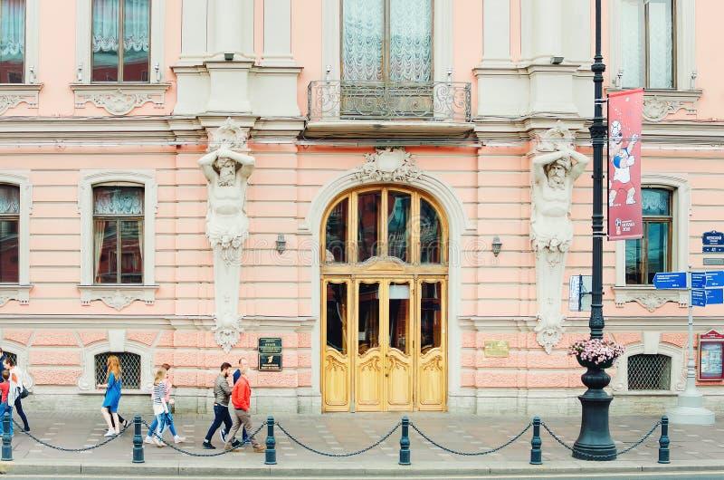 Fasad av en härlig rosa historisk byggnad i St Petersburg fotografering för bildbyråer