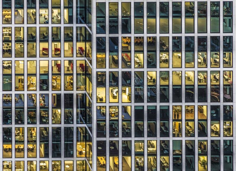 Fasad av en kontorsbyggnad i Frankfurt vid natt arkivbilder