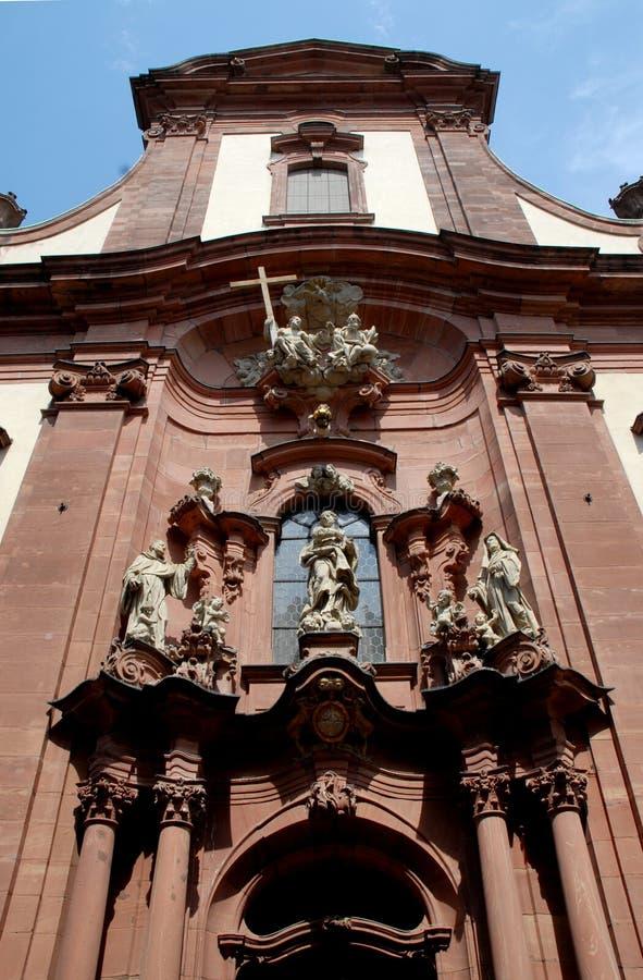 Fasad av en kyrka och lite av blå himmel i Mainz i Tyskland arkivfoton