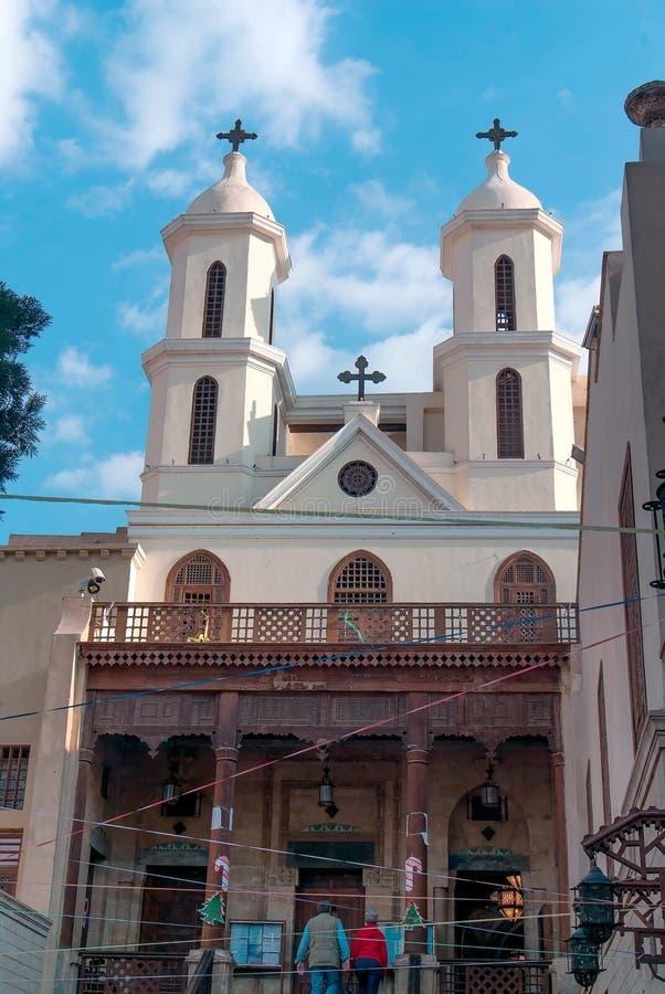 Fasad av en liten Coptic kyrka med en träkolonnfarstubro i den kristna fjärdedelen av Kairo royaltyfria foton