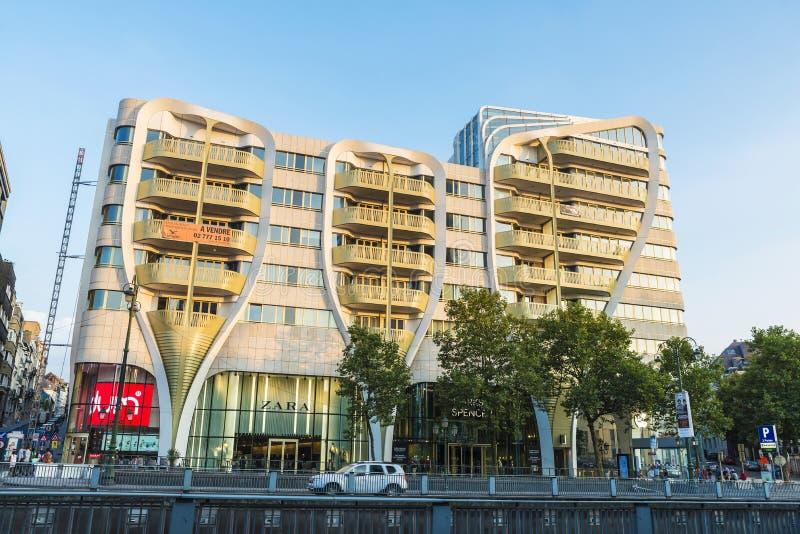 Fasad av en modern byggnad i Bryssel, Belgien arkivfoton