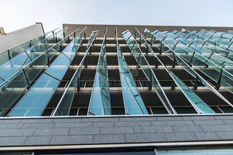 Fasad av en modern kontorsbyggnad i Bryssel, Belgien royaltyfria bilder
