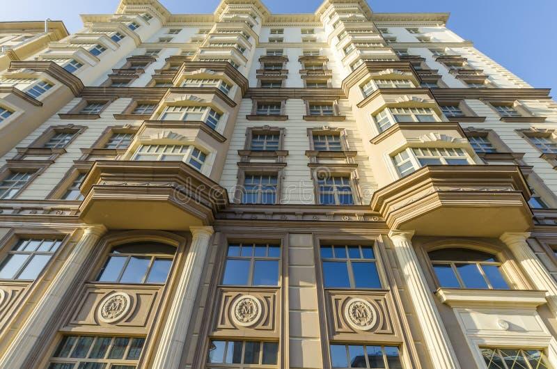 Fasad av en modern mång--våning höghushyreshus royaltyfria foton