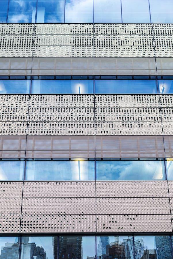 Fasad av en modern skyskrapa som abstrakt bakgrund royaltyfri foto