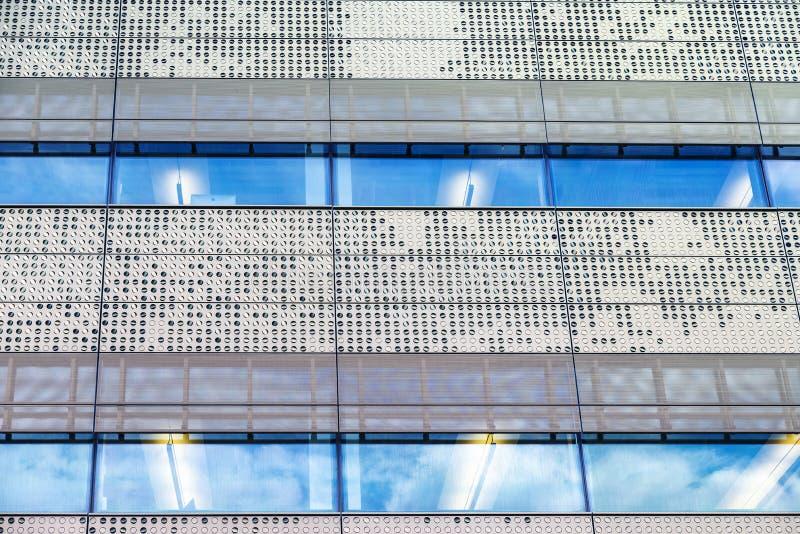 Fasad av en modern skyskrapa som abstrakt bakgrund royaltyfri bild