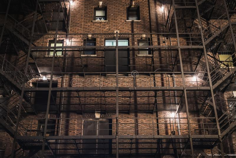 Fasad av en typisk gammal New York City byggnad på natten arkivbilder