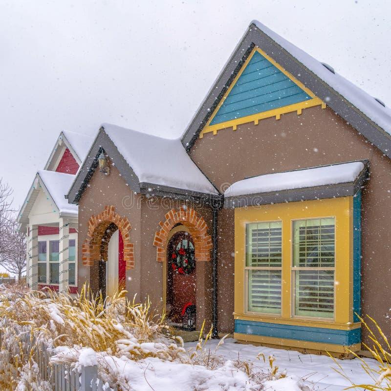 Fasad av ett färgrikt hem som beskådas i vinter royaltyfria foton
