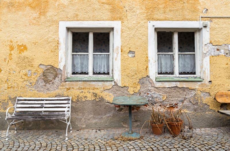 Fasad av ett gammalt förfallet hus arkivbilder