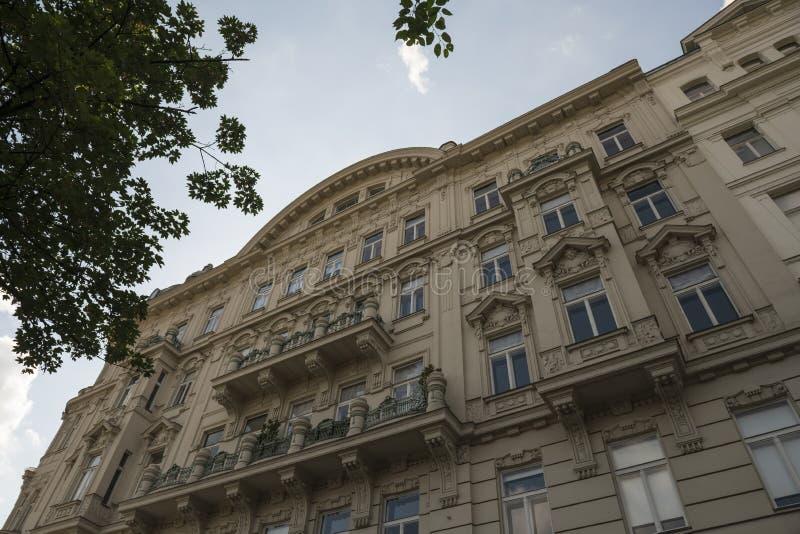 Fasad av ett gammalt hus i Wien royaltyfri fotografi