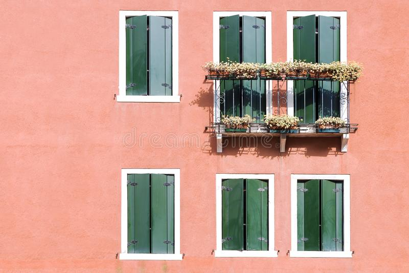 Fasad av ett hus med en balkong i Venedig royaltyfria foton