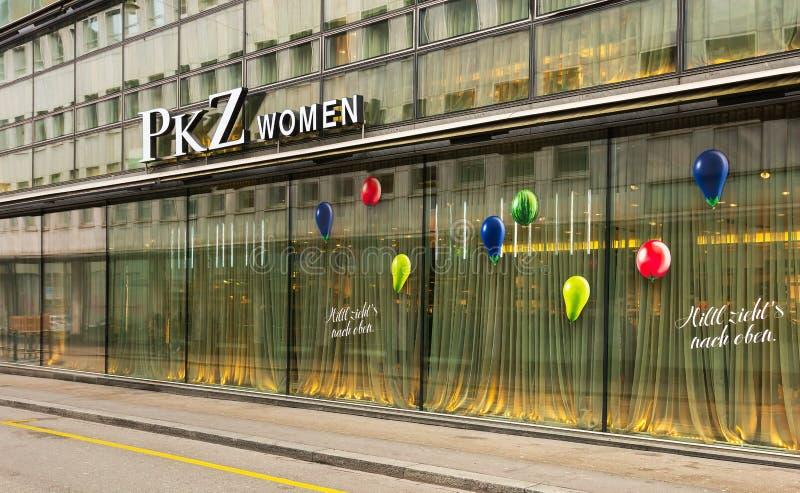 Fasad av ett PKZ-kvinnalager i staden av Zurich, Schweiz fotografering för bildbyråer