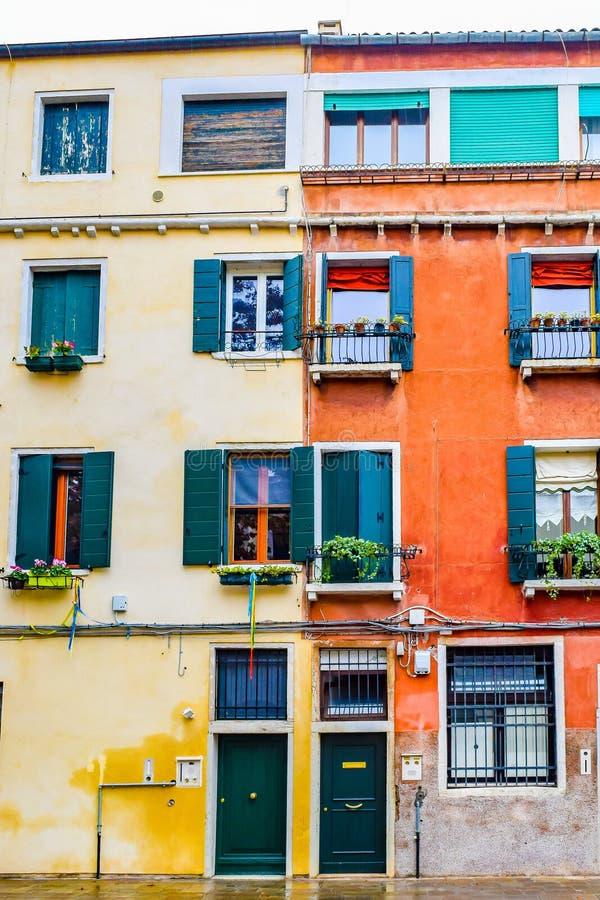Fasad av färgrika Venetian gotiska stilbyggnader/hem i Venedig, Italien arkivbilder