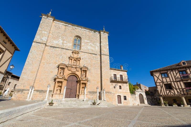 Fasad av församlingen Santa Ana i Penaranda de Duero royaltyfria foton