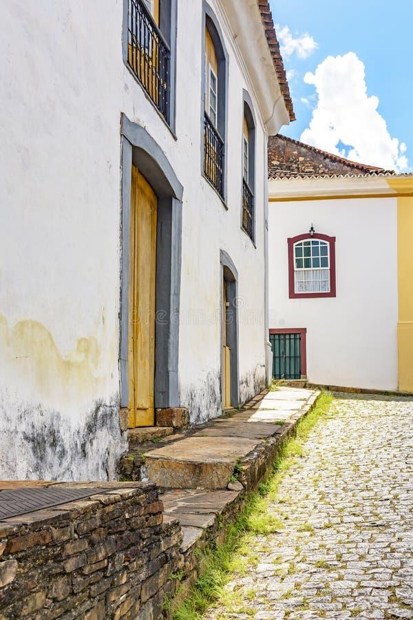 Fasad av gamla hus som byggs i kolonial arkitektur med deras balkonger, tak och färgrika detaljer fotografering för bildbyråer