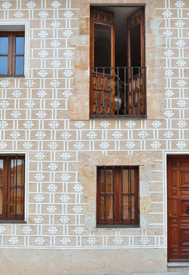 Fasad av gammal byggnad med dekorativa modeller och trädörrar royaltyfria foton